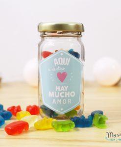 frascos de vidrio con gomitas y frase para enamorados