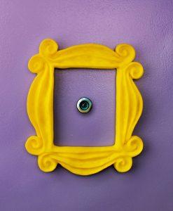 Marco para la mirilla de la puerta inspirado en la serie de friends
