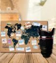 Mapa mundial en corcho con taza en forma de lente de camara