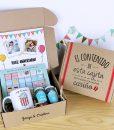 caja de carton personalizable con tableta de chocolate, taza y dulces